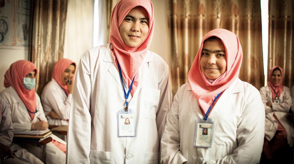 Barnmorskor i Afghanistan som utbildats av Svenska Afghanistankommittén. Under femton år har organisationen utbildat barnmorskor i landet.
