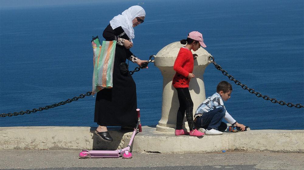 Barn och en kvinna i Algeriets huvudstad Alger.