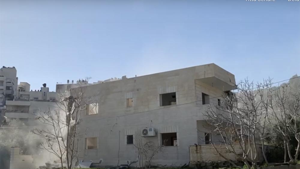 Bild från en videofilm där israeliska myndigheter demolerar ett fyrfamiljshus i östra jerusalem.