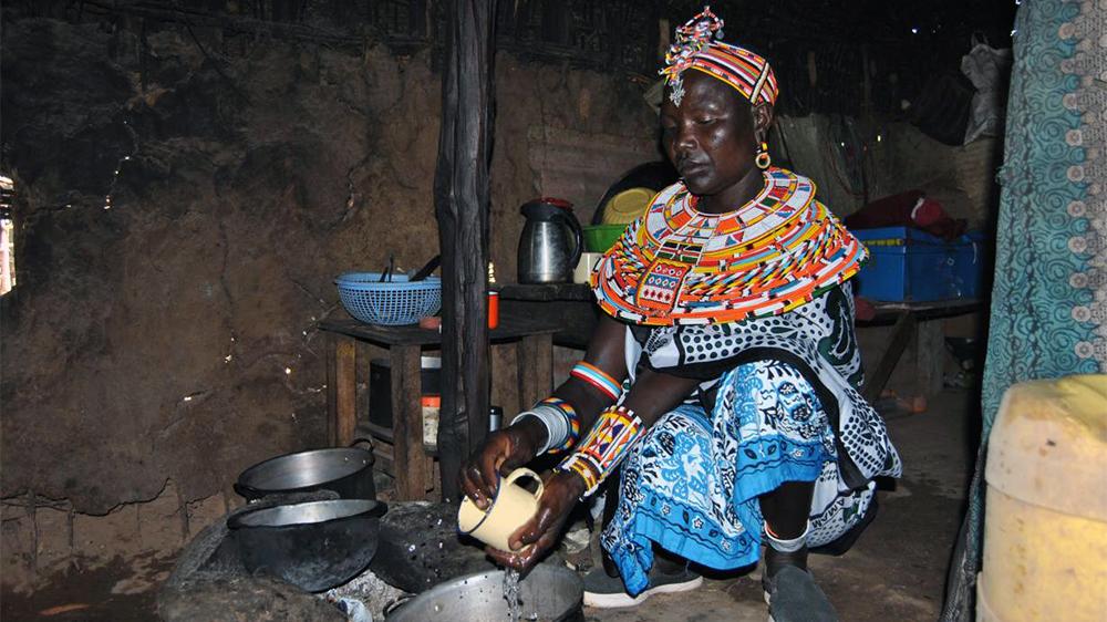 Jane Nolmogen i byn Umoja diskar en te-kopp vid sitt hus.