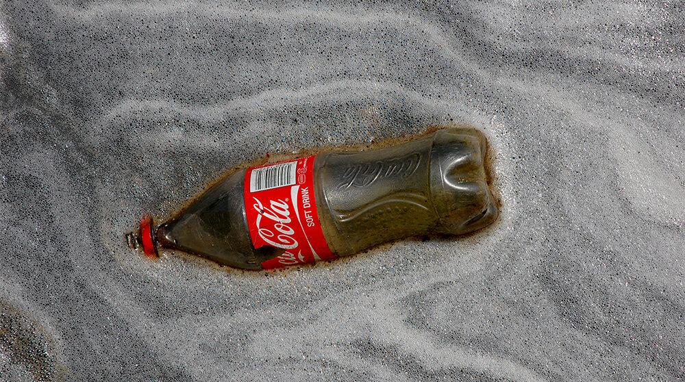 Jukskei-floden var en gång Johannesbrugs stolthet. Nu är den förorenad och fylld av skräp. Här flyter en Coca-Colaflaska vid flodens utlopp.