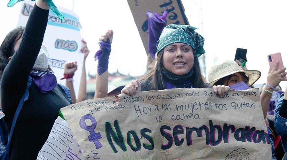 Internationella kvinnodagen den 8 mars 2021. Kvinnor i Mexiko City protesterar mot våld och för bättre villkor och mot de försämringar som skett under pandemin.
