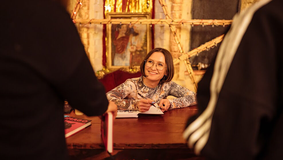 Anzhela Yeremenko sitter vid sitt skrivbord, en alldeles vanlig dag på jobbet. Ändå inte.
