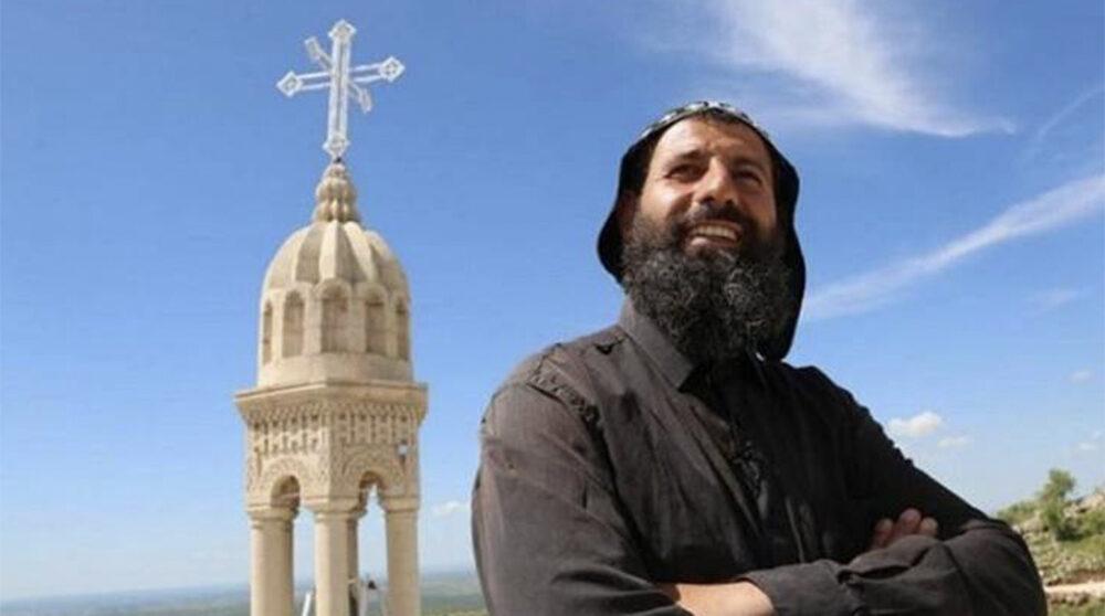Fader Aho (Sefer) Bileçen ar fängslats i Turkiet sedan han gett vatten och bröd till två personer som besökt klostret. Här på bilden står han framför sin kyrka.