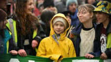 Greta Thunberg i sin gula regnrock, omgiven av andra ungdomar i samband med en skostrejk i Bristol den 28 februari 2020