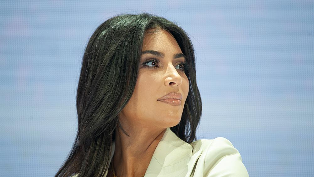 Kim Kardashian håller ett tal i Armeniens Kim Kardashian håller ett tal i Armeniens huvudstad Jerevan 2019. Nu är hon på listan över världens rikaste.