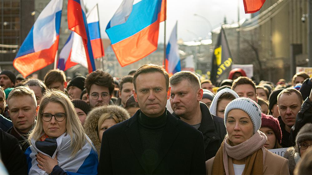 Navalnyj och hans fru Julia vid manifestation i Moskva 2020 till minne av Boris Nemtsov. På bilden är de i mitten, omgivna av andra demonstranter och ryska flaggor.