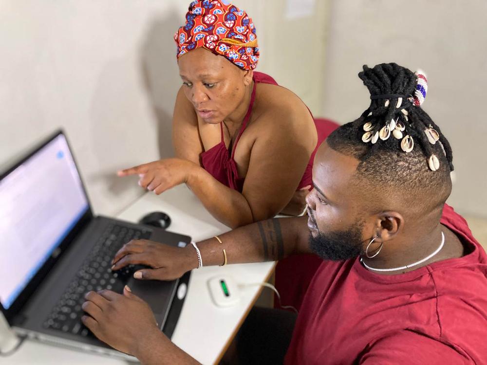 Perry-Mason Adams tillsammans med sin mor framför datorn. De uppdaterar Wikipedia med afrikanska ord kopplade till coronapandemin.