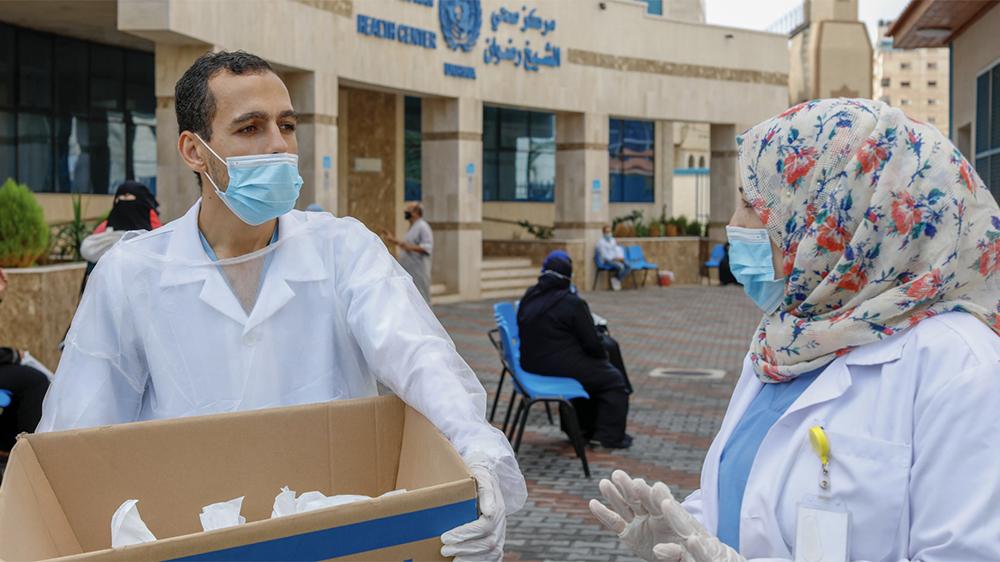 Sjukvårdspersonal på ett hälsocenter i Gaza som drivs av UNRWA