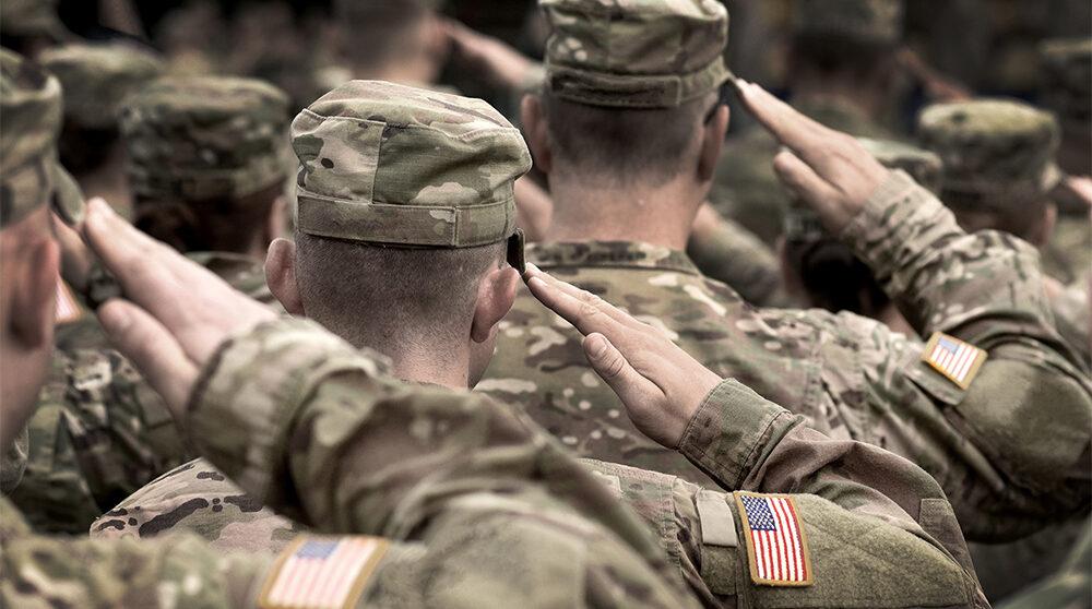 Soldater från USA gör salut - snart har de lämnat Afghanistan.