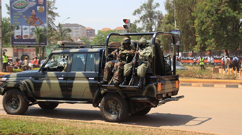 Soldater på en lastbil i Ugandas huvudstad Kampala.