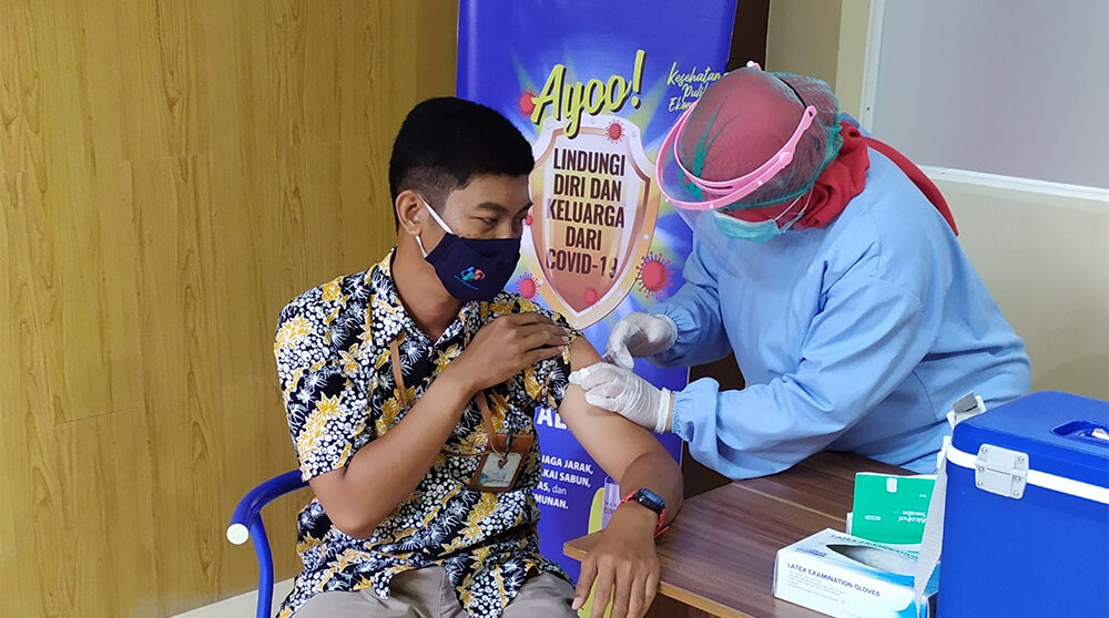 En person i Indonesien får covid-vaccin