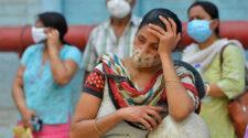Väntande kvinnor med munskydd utanför ett sjukhus i Kolkata (Calcutta)