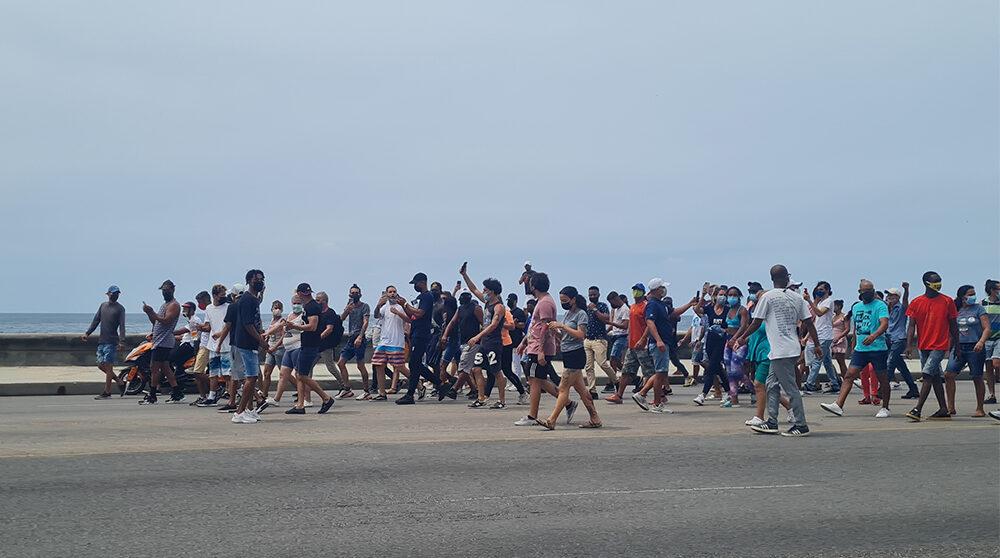 Människor som går i demonstrationståg på Kuba den 11e juli 2021