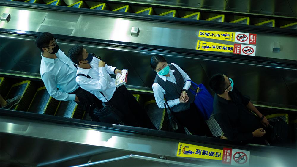 Personer i tunnelbanan i Taipei som har ansiktsmask.