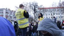 Reporter och fotograf intervjuar demonstranter i Ryssland.