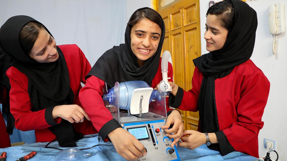 Dreamers robotics team i Afghanistan visar en ventilator att användas för Covid-19 behandling. Den är producerat med återanvända delar.
